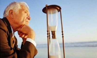 Запись в трудовой книжке по собственному желанию и в связи с выходом на пенсию: образец и примеры