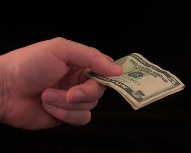 Если работодатель не отдает трудовую книжку, что делать: акт, заявление, компенсация, куда обращаться