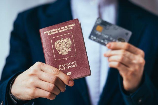Нужно ли менять загранпаспорт при смене фамилии? Если надо, то как это сделать?
